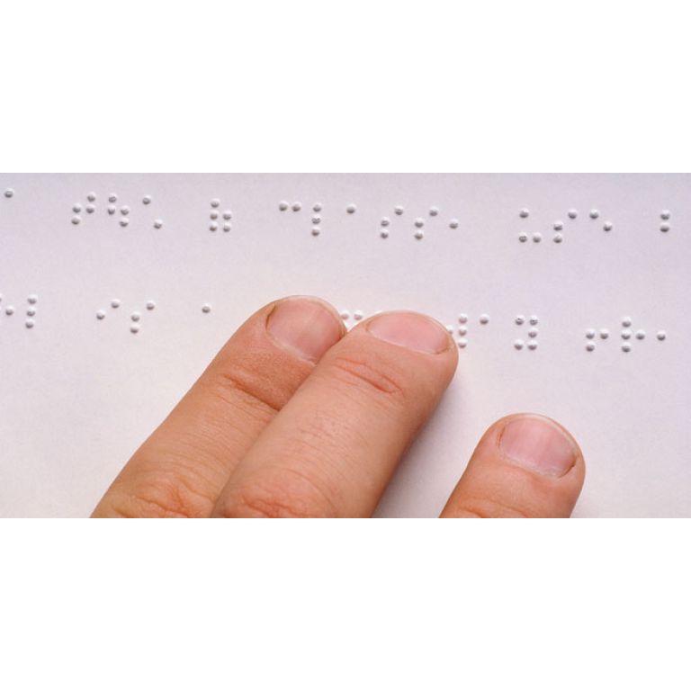 Desarrollan anteojos para ciegos que les permiten ver su entorno en Braille